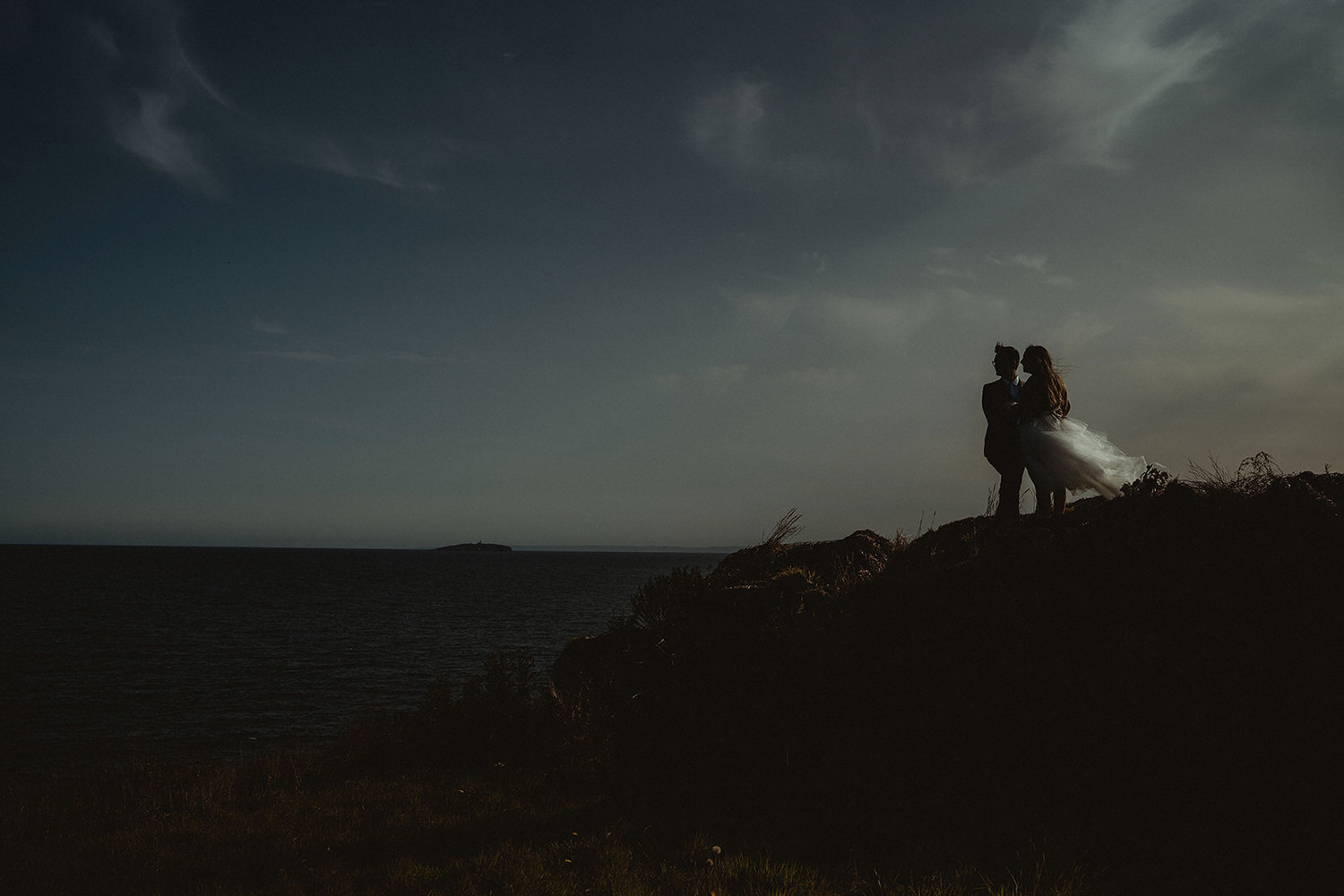 Elopement clifftop walk with tulle dress and wild autumnal wedding bouquet