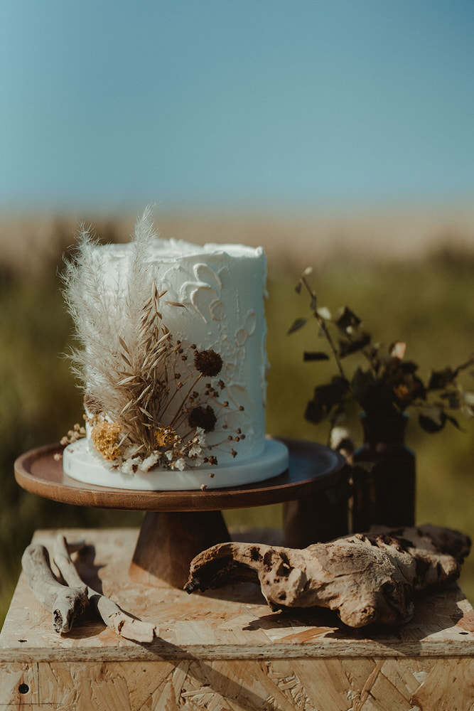 Butter and Bodoni wedding elopement cake with natural details and warm colours